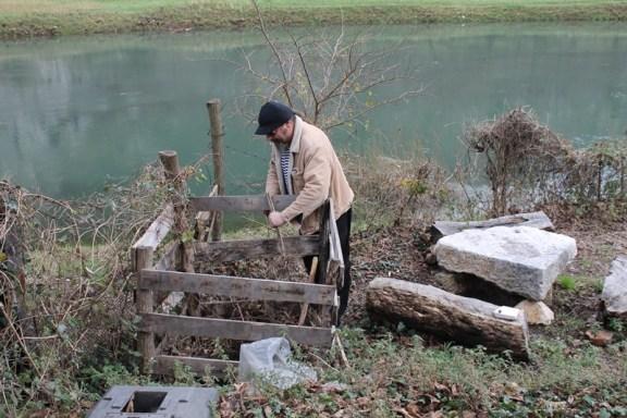 Predsjednik Ekološke udruge 'Krka' Srečko Kmetič sa svojim priručnih komposterom napravljenim od drvenih paleta (Foto: H. Pavić)