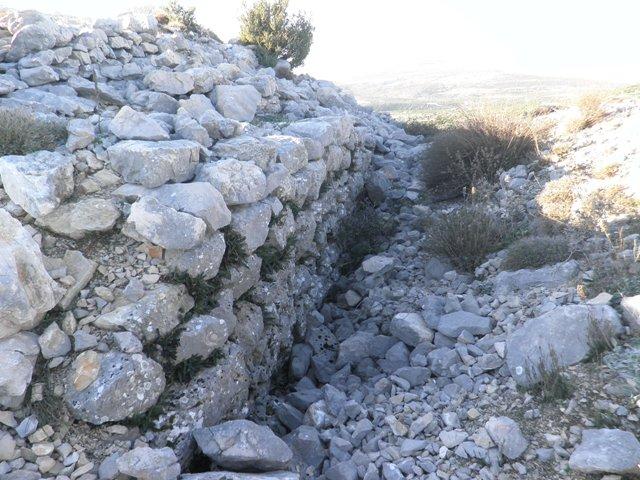 Ostaci  gradskih zidina na Gradini, snimila: J. Klisović
