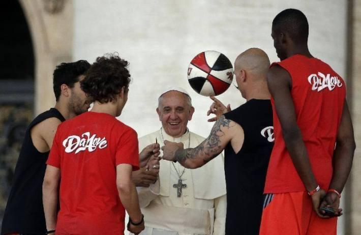 Papa Franjo voli nogomet (foto Facebook papa Francesco)