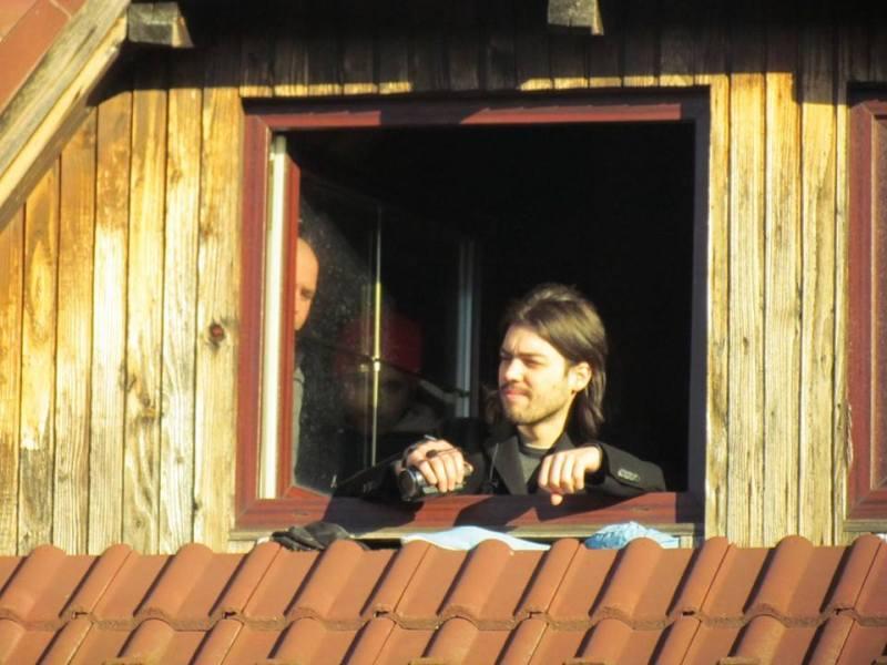 Predsjednički kandidat Ivan Vilibor Sinčić čuvao je pokrovlje obiteljske kuće obitelji Brlenić (Foto: Živi zid)