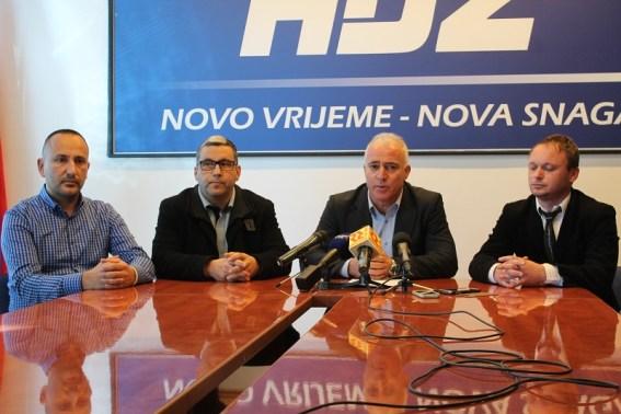 Predsjednik šibenskog Hrasta Hrvoje Zekanović, HSS-a Boris Dukić, HDZ-a Goran Pauk i HSP-a AS na današnjoj konferenciji za novinare (Foto H. Pavić)