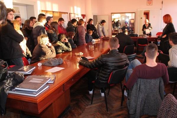 Pobuna u ekonomskoj - sastanak roditelja i učenika s ravnateljicom Dianom Vodanović(Foto H. Pavić) (4)
