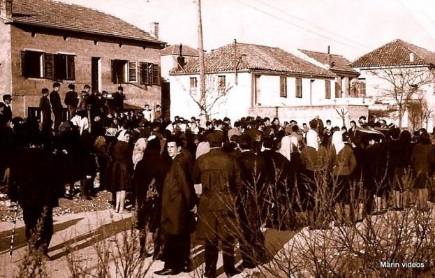 Tisno 1965. - na ispraćaju Marina Crvelina u Ameriku okupilo se cijelo selo. Neki su plakali, neki se radovali. Svirala je limena glazba KUD-a Hartić