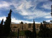 Kamenita Akropola iza željezne ograde