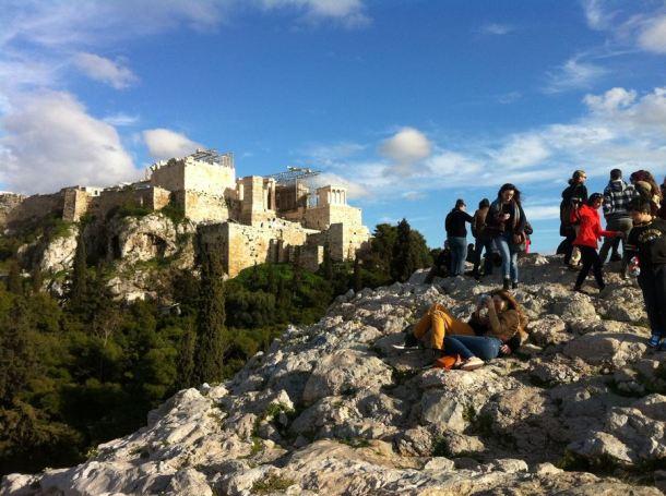 Uglačano brdo s besplatnim pogledom na Akropolu