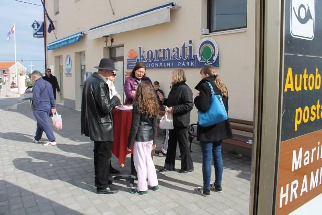 Peticiju su podržali mnogi Murterini, ali neki su dobacivali da im je za uspjeh treba šator (Foto: Tris/H. Pavić)