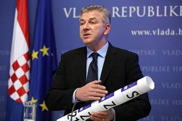 Ministar Ranko Ostojić s s dizajnerskim rješenjima novih tablica (Foto: Vlada RH)