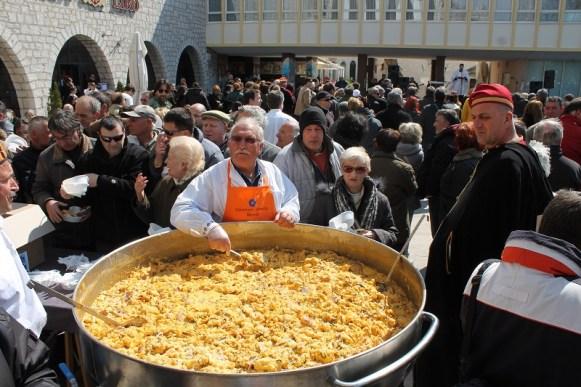 S dijeljenjem fritaje nije se moglo početi dok don. Krešimir Mateša ne izreče molitvu (Foto H. Pavić)