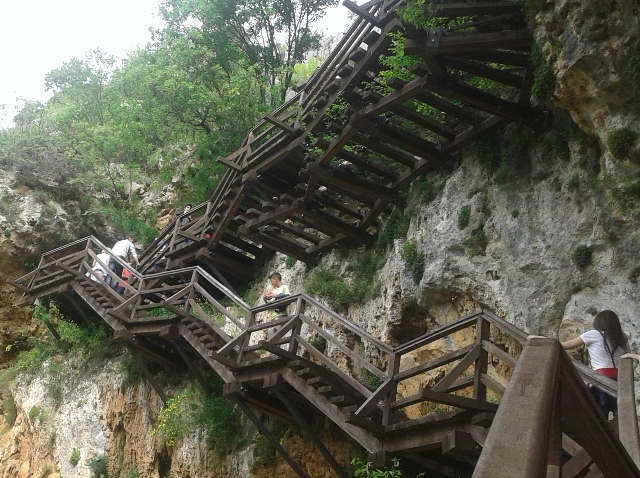 Šetnica koja vodi do Oziđane pećine na Roškom slapu