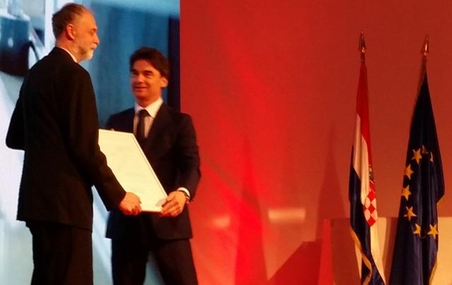 Potpredsjednik Vlade Branko Grčić uručuje nagradu direktoru Jakovu Terzanoviću