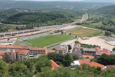 Na stadion NK Dinare već je montirana pozornica - da bi stalo 100.000 ljudi treba ispilati ogradu i stadion proširiti na pomoćno igralište (Foto: H. Pavić)