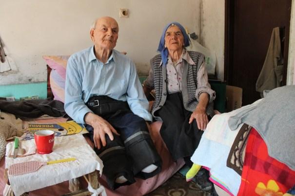 Đuro bez nogu i njegova supruga - hitna pomoć ne može do kuće (Foto: Tris/H. Pavić)
