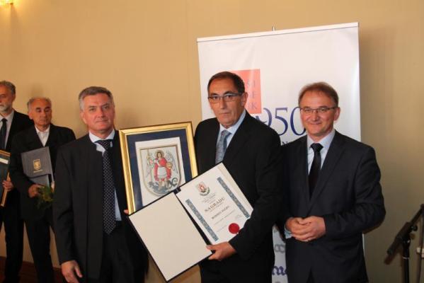 Rudolf Vučić je na jučerašnjoj sjednici gradskog vijeća iz ruku gradonačelnika i predsjednika Gradskog vijeća prima nagradu Grada Šibenika (Foto: Grad Šibenik)