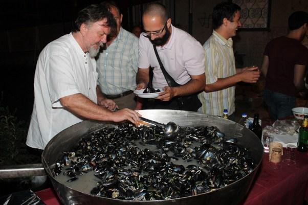 Kopajući po buzari arheolog Željko Krnčević, srećom, nije  naišao ni na antičke ni starohrvatske  dagnje, već samo svježe s puno vina (Foto: Tris/H. Pavić)