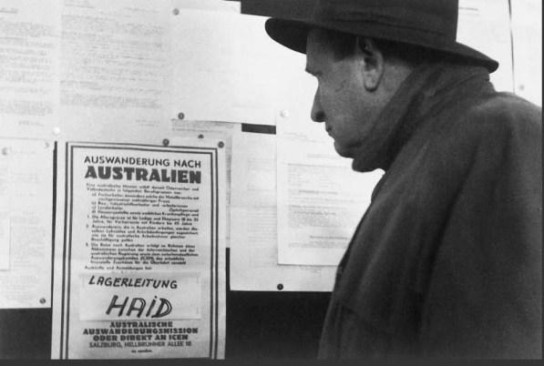 - Kuda ću? - Mađar, izbjeglica, gleda obavijest o mogućem odlasku u Australiju