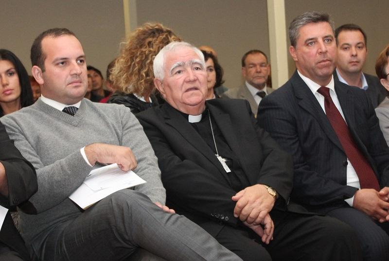 Šibenski biskup Ante Ivas među političarima (Foto: Tris/H. Pavić)