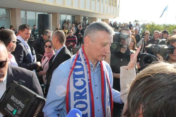 Karamarku su simpatizeri oko vrata stavili šal Torcide, ali su mu ga ljudi iz pratnje brzo skinuli (Foto: Tris/H. Pavić)
