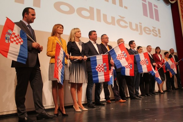 S kanidati SDP-a u 9. izbornoj jedinici nosili su zastavice (Foto: Tris/H. Pavić)