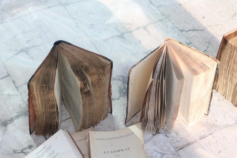 Knjige stradale u poplavi iznijeli na sunce – oporavlja se i prvi broj Kraglskog Dalmatina, prvih novina na hrvatskom jeziku