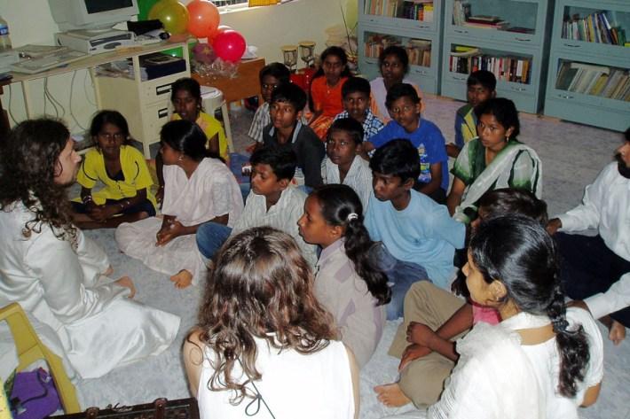 Swami među indijskom dječicom