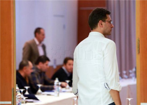 Božo Petrov na neformalnom sastanku (foto HINA, Tomislav Pavlek)