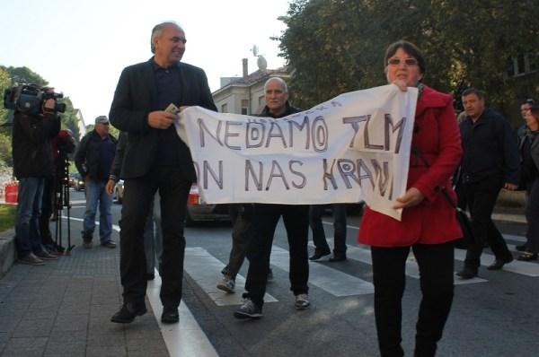 Sindikalni čelnici Zdravko Burazer, Ozren Marijašević i radnici TLM-a stižu na sud (Foto: H. Pavić)