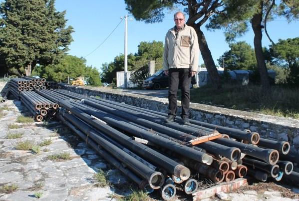 Cijevi su iskrcane na otoku još prije deset godina (Foto: H. Pavić)