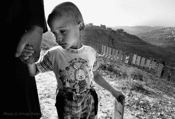 Pallestijski dječak drži baku za ruku u selu Sawahrehu, u istočnom Jeruzalemu (foto Hrvoje Polan)