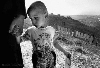 Palestijski dječak drži baku za ruku u selu Sawahrehu, u istočnom Jeruzalemu (foto Hrvoje Polan)