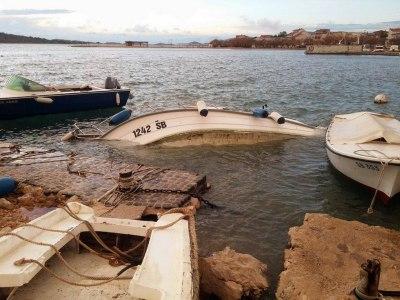 Nevera na Srimi potopila brod (foto)