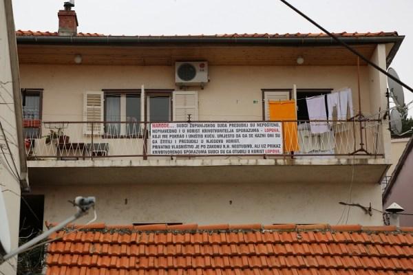 Kuća Borisa Južinića također nosi transparent (Foto: Tris/H. Pavić)