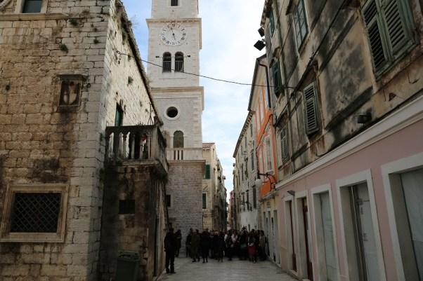 Na zvoniku crkce sv. Ivana nalazi se prvi šibenski mehanički sat, koji je u grad donesen sa srušene drniške Sahat kule (Foto: Tris/H. Pavić)