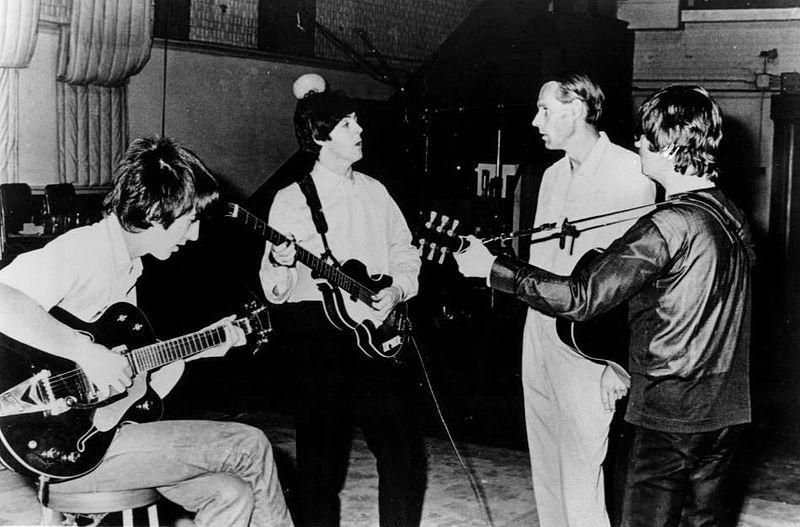 George Martin s članovima Beatlesa u studiju1966.