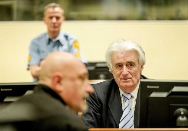 Radovan Karadžić danas u sudnici, smješka se Foto:  EPA/ROBIN VAN LONKHUIJSEN