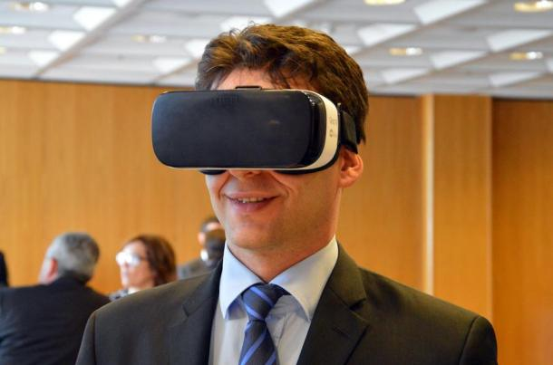 Ilustracija: Božo Petrov isprobao Samsungovu virtualnu kacigu Gear VR. foto HINA / Nikša MILETIĆ / mm