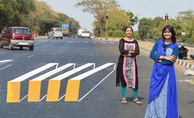 Saumya Pandya Thakkar i Shakuntale Pandyi pokraj 3D zebre (foto Facebook)
