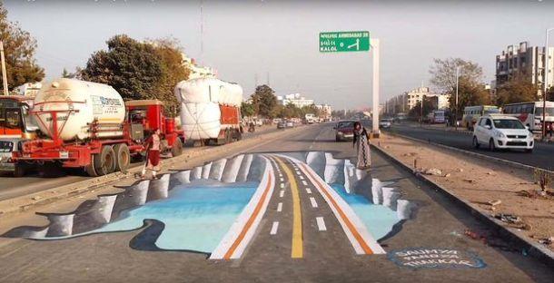 Saumya Pandya Thakkar i Shakuntale Pandyi pored umjetne rupetine na cesti (foto Facebook)