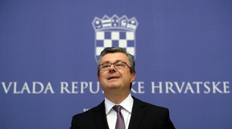 Predsjednik Vlade Republike Hrvatske Tihomir Orešković dao je izjavu za medije u Banskim dvorima. foto HINA/ Damir SENČAR