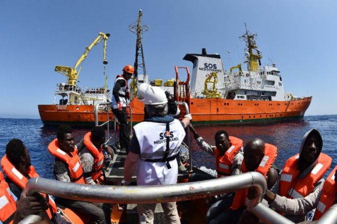 Spasilački brod Aquarius i spašene izbjeglice (foto: yahoo.com)