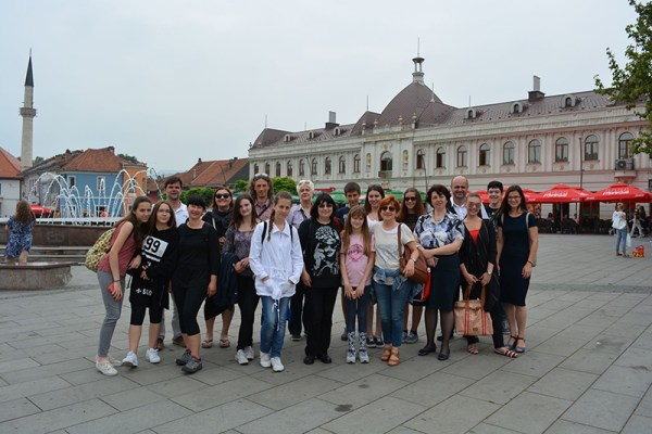 2.Članovi Gradskog komornog orkestra Šibenik i njihovi domaćini u središtu Tuzle (Foto: Željko Komadina)