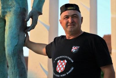 Zvonimir Stojanov kraj spomenika svom idolu (Foto: Tris/H. Pavić)