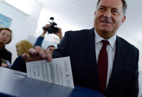 Milorad dodik na glasačkom mjestu (Foto: HINA / Tanja VALIČ / TANJUG)