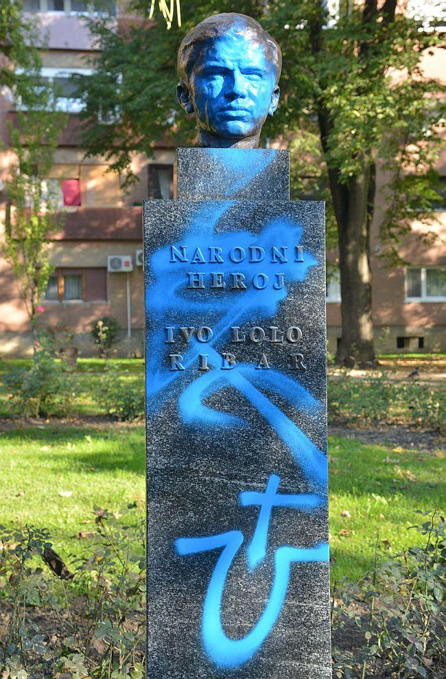Zagreb, 17.10.2017. - Spomenik narodnom heroju Ivi Loli Ribaru išaran plavom bojom, nepoznata osoba je obojala lice plavom bojom i napisala slovo U. foto HINA/ Admir BULJUBAŠIĆ/ abu