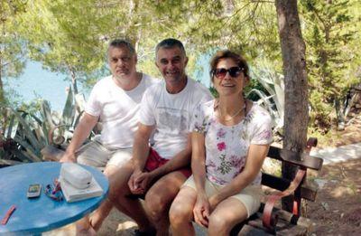 V. Orban (prvi slijeva) na plaži pored Splita (foto Facebook)