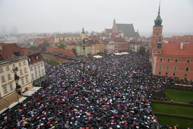 Deseci tisuća Poljakinja prosvjedovale zbog prava na abortus