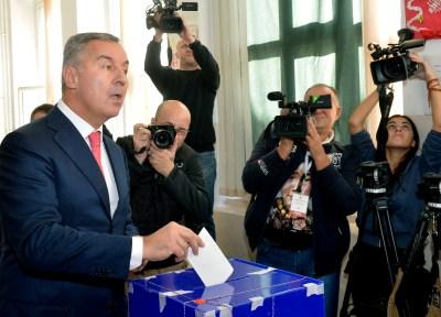 Milo Đukanović na biračkom mjestu u Podgorici. foto HINA / Rade PRELIĆ / TANJUG