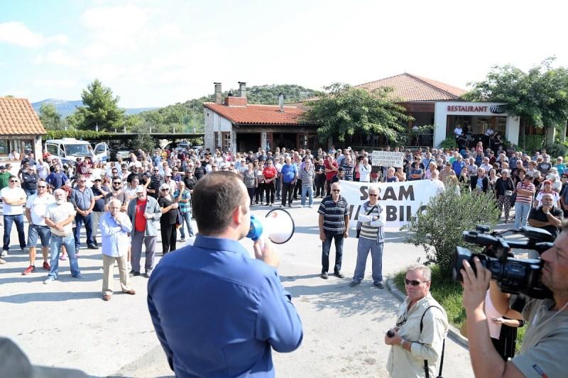 Blokada prometnice na prosvjedu protiv ukidanja hitne pomoći u Tisnom