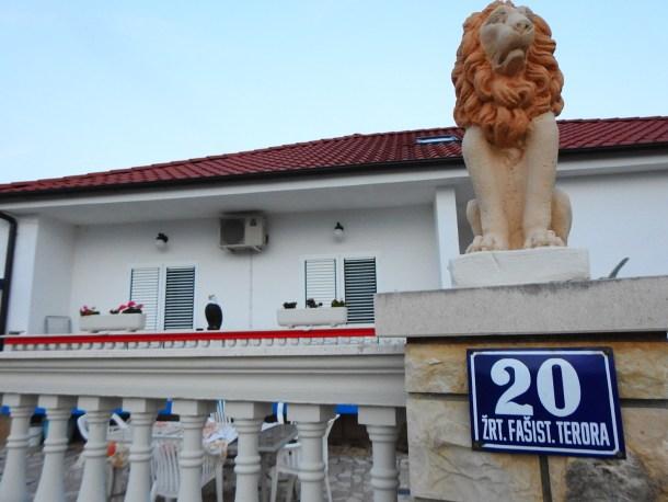 Očuvani kućni broj kojega čuva predkućni lav (foto TRIS)