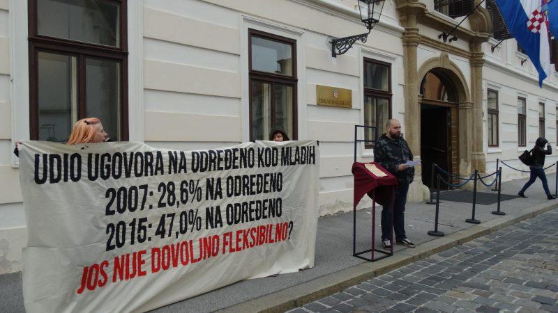"""Performans mladih pred zgradom Vlade: Izložili """"posljednji ugovor o radu na neodređeno vrijeme"""""""