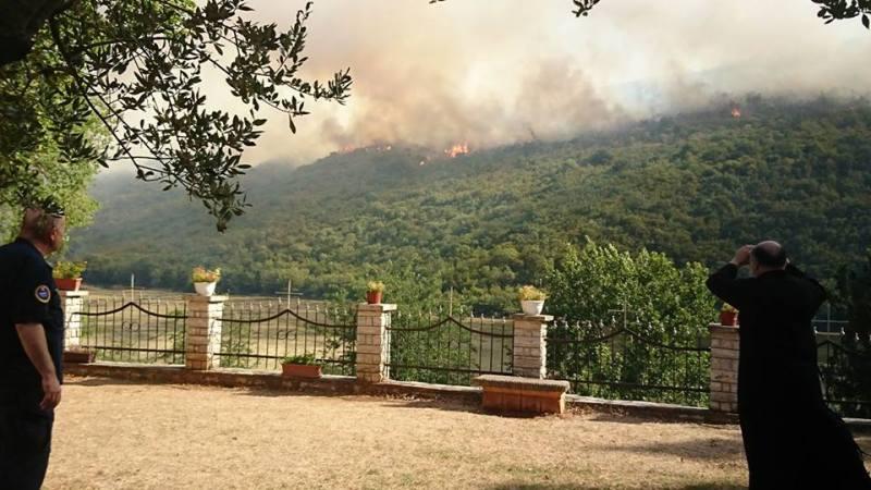 Pogled kroz dvogled na požar iz Manastira Krka (foto Facebook)